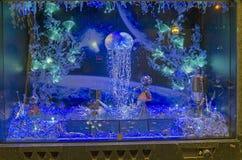 Scène fantastique dans la fenêtre de boutique de Paris Photographie stock libre de droits