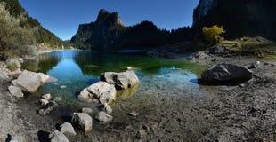 Scène idyllique d'automne dans les Alpes avec la réflexion de lac de montagne Photos libres de droits