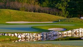Scène idyllique de trou de terrain de golf Photographie stock libre de droits