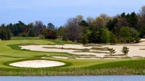 Scène idyllique de trou de terrain de golf Image stock