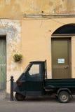 Scène italienne avec la voiture de singe Images stock