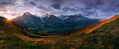 Scène merveilleuse des montagnes rocheuses de neige Matin pittoresque au-dessus de village dans les Alpes suisses, Grindelwald, o images stock