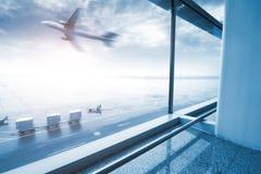Scène moderne d'aéroport de tache floue de mouvement de passager avec l'hublot à l'extérieur Photographie stock