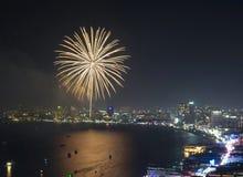 Scène multicolore de nuit de feux d'artifice, plan rapproché avec le paysage urbain de Pattaya Photo libre de droits
