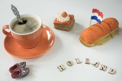 Scène néerlandaise de table avec du café et le gâteau orange, pour les Rois néerlandais Day d'événement, Koningsday images stock