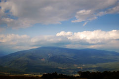 Scène nuageuse de montagne Image stock