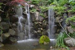 Scène paisible de cascade à écriture ligne par ligne Photos stock