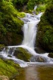 Scène paisible de cascade à écriture ligne par ligne Image stock