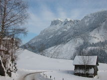 Scène pastorale de montagne suisse de l'hiver Image libre de droits