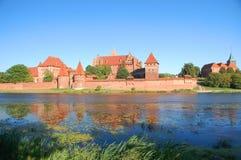 Scène pittoresque de château de Malbork sur la rivière de Nogat, Pologne Images libres de droits