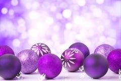 Scène pourpre de Noël avec des babioles Photographie stock libre de droits