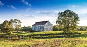 Scène rêveuse de pâturage avec la grange blanche Images libres de droits