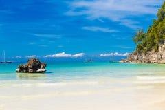 Scène rêveuse Les beaux palmiers au-dessus du sable blanc échouent, la mer tropicale Vue d'été de nature Photo libre de droits