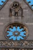 Scène religieuse découpée et fenêtre rose vide lapidée dans la cathédrale de Léon Image libre de droits