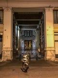 Scène romaine de rue : Motorscooter s'est garé devant le passage Photographie stock