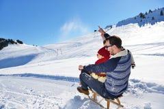 Scène romantique d'hiver, jeune couple heureux ayant l'amusement sur l'exposition fraîche sur le vacatio d'hiver, paysage de natu Image libre de droits