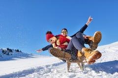 Scène romantique d'hiver, jeune couple heureux ayant l'amusement sur l'exposition fraîche sur le vacatio d'hiver, paysage de natu Photos libres de droits
