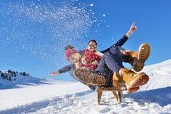 Scène romantique d'hiver, jeune couple heureux ayant l'amusement sur l'exposition fraîche sur le vacatio d'hiver, paysage de natu Images stock