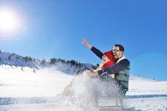 Scène romantique d'hiver, jeune couple heureux ayant l'amusement sur l'exposition fraîche sur le vacatio d'hiver, paysage de natu Image stock