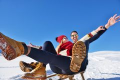 Scène romantique d'hiver, jeune couple heureux ayant l'amusement sur l'exposition fraîche sur le vacatio d'hiver, paysage de natu Photo stock