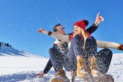 Scène romantique d'hiver, jeune couple heureux ayant l'amusement sur l'exposition fraîche sur le vacatio d'hiver, paysage de natu Photos stock