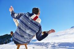 Scène romantique d'hiver, jeune couple heureux ayant l'amusement sur l'exposition fraîche sur le vacatio d'hiver, paysage de natu Photographie stock libre de droits