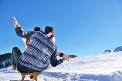 Scène romantique d'hiver, jeune couple heureux ayant l'amusement sur l'exposition fraîche sur le vacatio d'hiver, paysage de natu Photo libre de droits