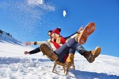 Scène romantique d'hiver, jeune couple heureux ayant l'amusement sur l'exposition fraîche sur le vacatio d'hiver, paysage de natu Photographie stock