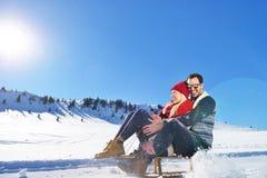 Scène romantique d'hiver, jeune couple heureux ayant l'amusement sur l'exposition fraîche sur le vacatio d'hiver, paysage de natu Images libres de droits