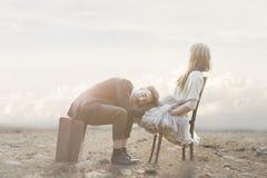 Scène romantique d'un couple ayant des gestes d'affection dans une atmosphère surréaliste image libre de droits