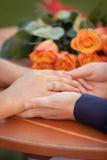 Scène romantique des mains du ` s de femme dans des mains du ` s de l'homme Photo libre de droits