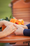 Scène romantique des mains du ` s de femme dans des mains du ` s de l'homme Photographie stock