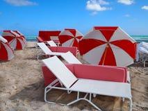 Scène rouge et blanche de plage Photo libre de droits