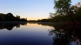 Scène scénique de rivière de matin dans le jour L'eau débordante de canal de calme de rive à l'aube clips vidéos