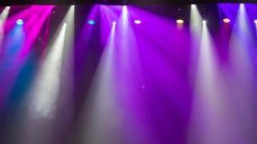 Scène, stadiumlicht met gekleurde schijnwerpers royalty-vrije stock afbeeldingen
