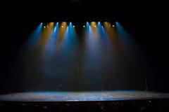 Scène, stadiumlicht met gekleurde schijnwerpers stock foto's