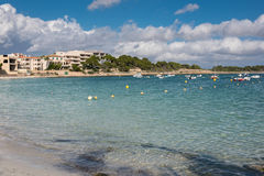 Scène sur la plage avec des bateaux et des maisons photos libres de droits