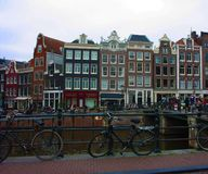 Scène tôt de ressort dans la ville d'Amsterdam Visites en le bateau sur les canaux néerlandais célèbres Paysage urbain avec des m photos stock