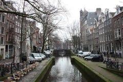 Scène tôt de ressort dans la ville d'Amsterdam Visites en le bateau sur les canaux néerlandais célèbres Paysage urbain avec des m images stock