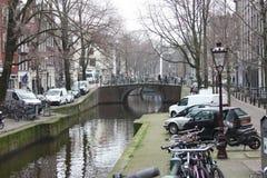 Scène tôt de ressort dans la ville d'Amsterdam Visites en le bateau sur les canaux néerlandais célèbres Paysage urbain avec des m images libres de droits