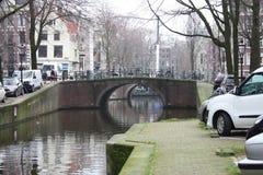 Scène tôt de ressort dans la ville d'Amsterdam Visites en le bateau sur les canaux néerlandais célèbres Paysage urbain avec des m photos libres de droits