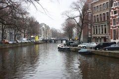Scène tôt de ressort dans la ville d'Amsterdam Visites en le bateau sur les canaux néerlandais célèbres Paysage urbain avec des m photo libre de droits