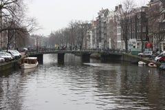 Scène tôt de ressort dans la ville d'Amsterdam Visites en le bateau sur les canaux néerlandais célèbres Paysage urbain avec des m photo stock