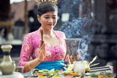 Scène traditionnelle des femmes de Balinese priant avec l'offre pour des dieux photo stock