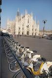 Scène urbaine de Milan et de vélos pour le transport urbain Photo stock