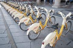 Scène urbaine de Milan et de vélos pour le transport urbain Photos libres de droits