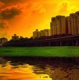 Scène urbaine vive de coucher du soleil images stock