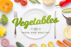 Scène végétarienne de cuisine avec le plat, la fourchette et le couteau et les légumes Photo libre de droits
