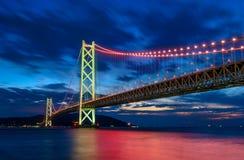 scène van de brug van Akashi Kaikyo Kobe met licht, Japan stock foto's
