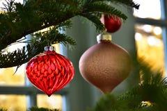 Scène van de decoratie van het glas aan de boom wordt gehangen die royalty-vrije stock foto's